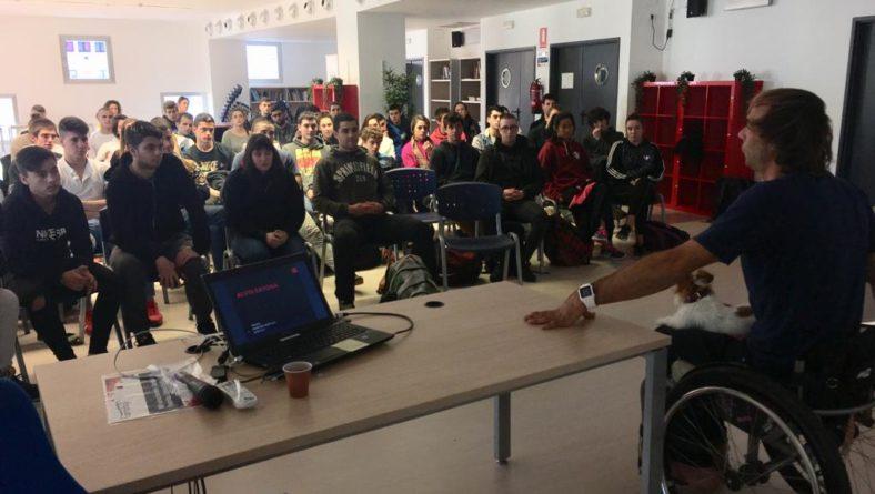 Alvaro  Bayonaren  hitzaldian  parte  hartu  dute  Kirola  zikloetako  ikasleek